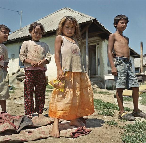 Há mais de mil pessoas que vivem na comunidade roma de Craica (acima), cerca de metade delas com menos de 18 anos. A instituição de caridade trabalha para manter as crianças com suas famílias - e fora de orfanatos e outras instituições do tipo (Foto: Yvonne de Rosa)