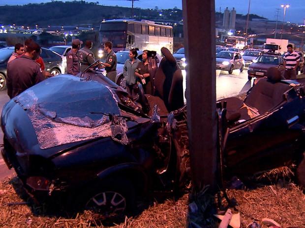 CArro bate em poste e duas pessoas morrem na BR-040, na Grande BH  (Foto: Reprodução TV Globo)