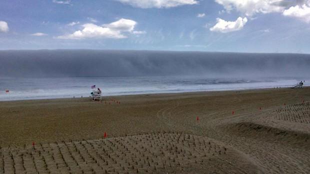 Ilusão de ótica faz neblina parecer onda gigante em Nova Jersey  (Foto: Reprodução/Twitter/Sea Girt Lifeguards/Captain Jim Freda)