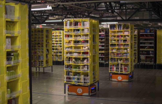 Mais de 15 mil robôs operam dentro de armazéns da Amazon nos EUA para agilizar a entrega de produtos. (Foto: Noah Berger/Reuters)