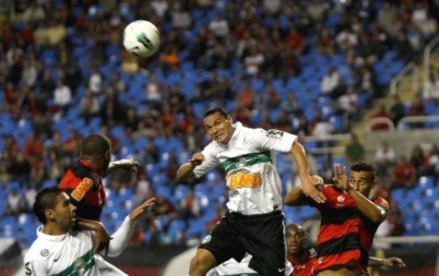 Emerson e Demerson disputam a bola pelo alto Flamengo x Coritiba (Foto: Divulgação / Coritiba)