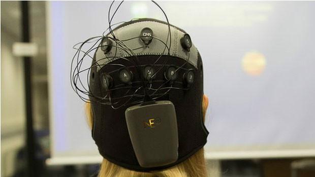 Pesquisadores usam eletrodos para emitir choques às regiões do cérebro que querem 'ativar' (Foto: BBC)