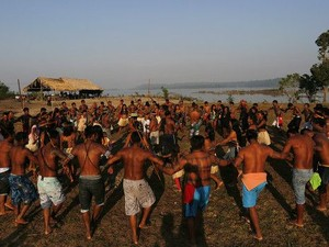 Mundurucus na terra indígena Sawré Muybu, no Pará, às margens do Tapajós; alteração do rio representa 'desmoronamento da dinâmica cultural' desse povo, diz ONG (Foto: Lunae Parracho Greenpeace)