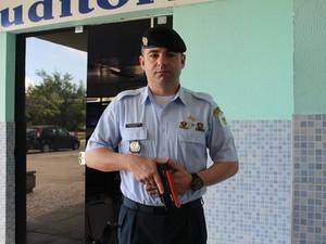 Instrutor, Ricardo Fugante, mostra a arma de choque (Foto: Amanda Franco/ G1)