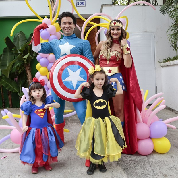 O casal com as filhas Isa, de Batman, e Mel, de SuperMan (Foto: Rafael Cusato/Foto Rio News)