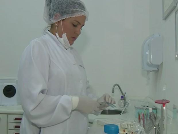 Priscilla buscou especialização assim que concluiu o curso de odontologia (Foto: Reprodução EPTV)