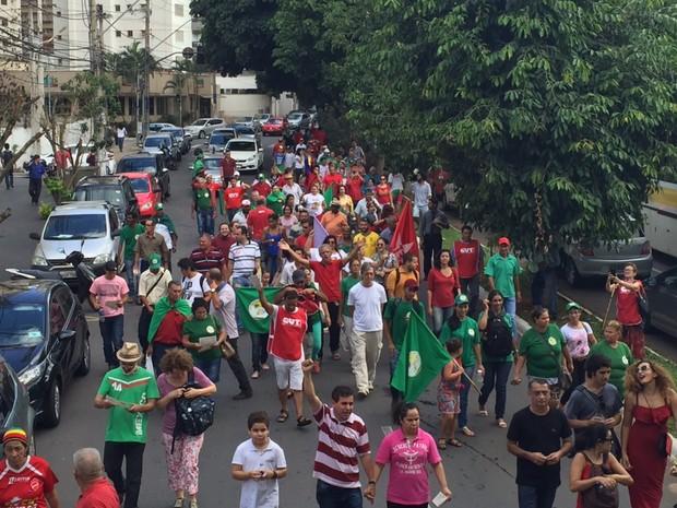Manifestantes fazem ato a favor da presidente Dilma, em Goiânia, Goiás (Foto: Murillo Velasco/G1)