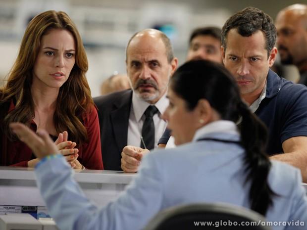 Paloma e Bruno se desesperam ao saber que Paulinha já decolou para o Peru (Foto: Amor à Vida / TV Globo)