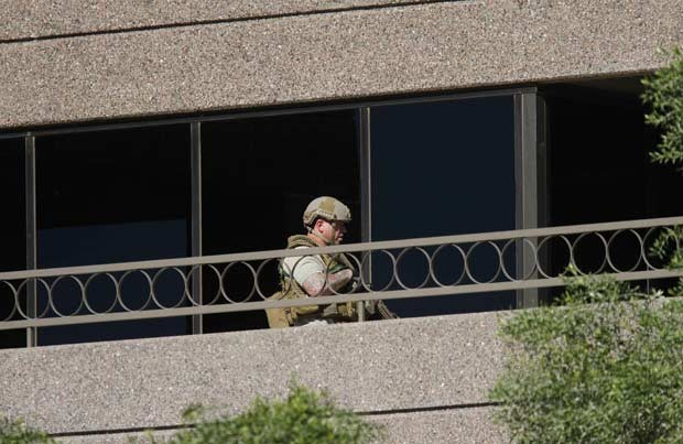 Policial da SWAT no local do tiroteio desta quarta-feira (30) em Phoenix, no estado americano do Arizona (Foto: AP)