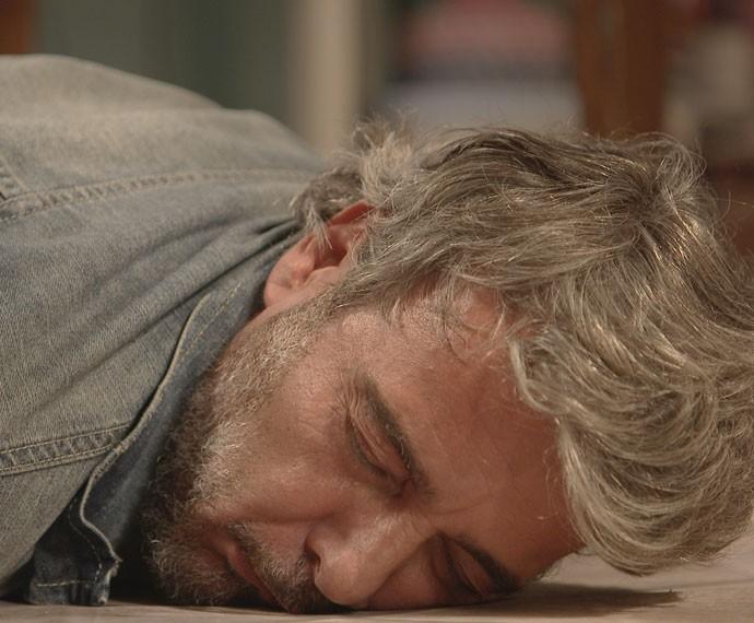 Juju não aguenta a emoção e desmaia (Foto: TV Globo)