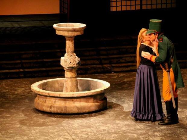 Na ópera, Carmen conquista o amor do soldado Don José, até então apaixonado pela aldeã Micaela (Foto: Milena di Castro/SEC-AM)