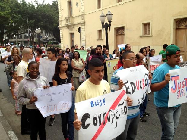 Dezenas de pessoas participaram do Grito dos Excluídos em Santos, SP (Foto: Cristiane Amaral/TV Tribuna)
