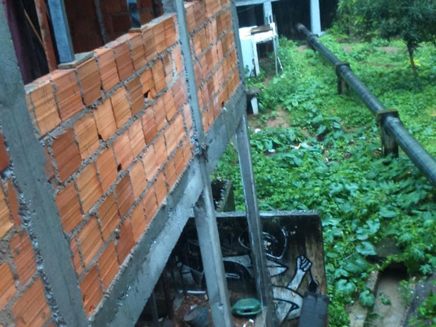 Construção irregular perto de fonte histórica é apontada como problema por moradores (Foto: Alexandra Fonseca/Arquivo Pessoal)