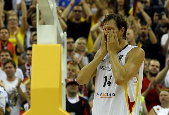 Nowitzki leva as mãos ao rosto ao fim do jogo aplaudido pela torcida (Foto: AFP)