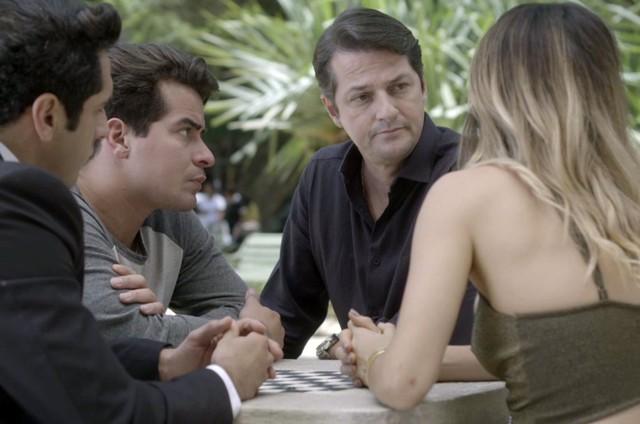 Nanda Costa, Thiago Martins, João Baldasserini e Marcelo Serrado em cena de 'Pega pega' (Foto: Reprodução)