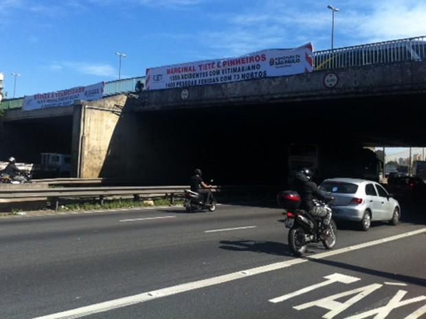 Faixas colocadas pela Prefeitura de São Paulo na Ponte das Bandeiras, sobre a Marginal Tietê (Foto: G1)