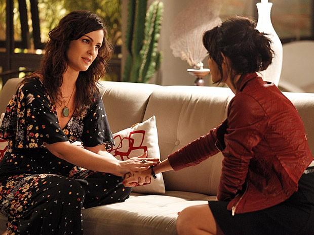 Beatriz gosta de saber que Miriam fará uma reportagem sobre regressões (Foto: Amor Eterno Amor/TV Globo)