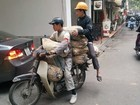 Motociclista é flagrado com motoneta sobrecarregada no Vietnã