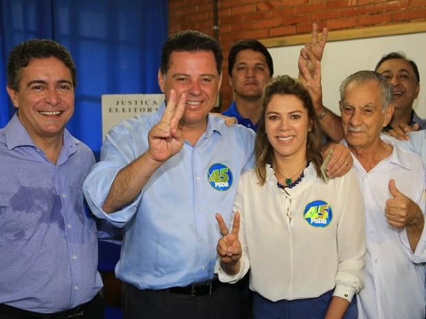 Marconi Perillo (PSDB) vota acompanhado da primeira-dama, Valéria Perillo, e de assessores em colégio de Palmeiras de Goiás (Foto: Wildes Barbosa/ O Popular)