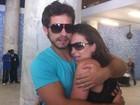 Kamilla e Eliéser atendem fãs em aeroporto do Rio