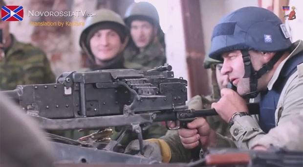 Mikhail Porechenkov, ator russo famoso por seus papéis em filmes de ação, aparece ao lado de rebeldes em vídeo (Foto: Reprodução/YouTube/Kazzura)