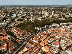 Vista da Avenida Tenente Coronel Duarte, no centro de Cuiabá, com o Morro da Luz ao centro. Córrego que deu nome informal à via, de Avenida Prainha, continua lá (Foto: Marcos Vergueiro / Prefeitura de Cuiabá)