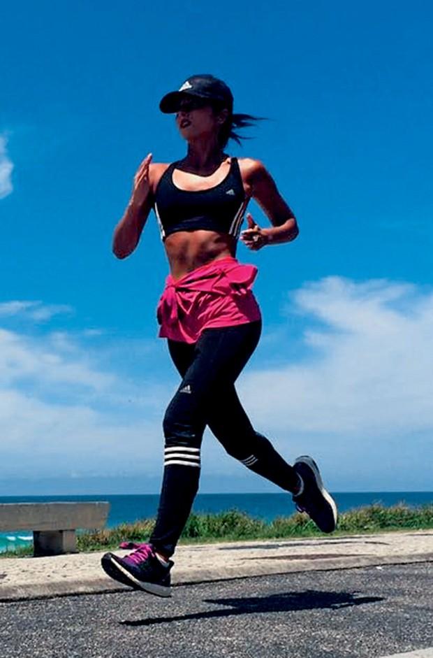 Corredora, anaju gosta de treinar ao ar livre e só usa a esteira quando viaja (Foto:  )