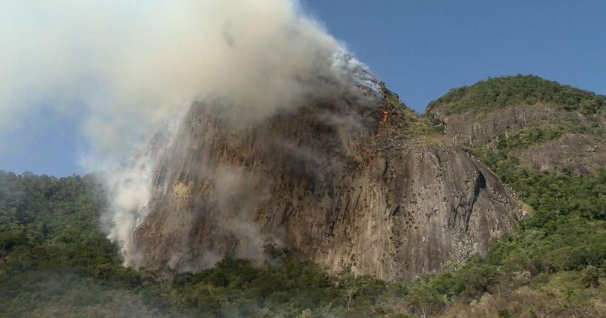 Área de vegetação pega fogo em morro na Serra, no ES - Globo.com