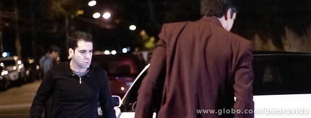 Momentos antes, ele discutia com o dono do outro carro sobre a batida... (Foto: Amor à Vida / TV Globo)