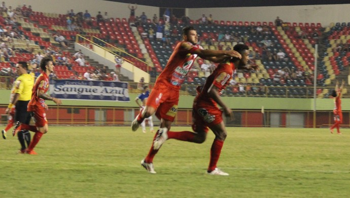 Gilson e Kássio comemoram gol que garantiu triunfo do Estrelão, o primeiro sobre o Galo Carijó, após dois anos (Foto: Duaine Rodrigues)