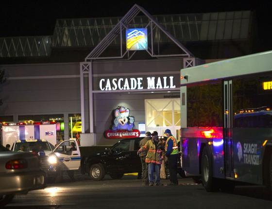 Equipes de resgatem atendem feridos em frente ao Cascade Mall, onde um atirador matou cinco pessoas (Foto: Karen Ducey / GETTY IMAGES NORTH AMERICA / AFP)