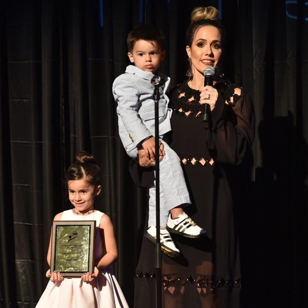 Ao lado dos filhos, Fernanda Pontes discursa em premiação (Foto: Divulgação)