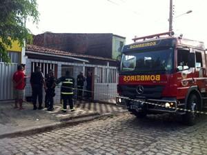 Corpo de Bombeiros foram chamados para controlar incêndio que matou idosa em Pirangi, na zona Sul de Natal (Foto: Elizama Cardoso/Inter TV Cabugi)