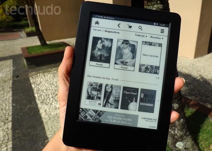 Novo Kindle tem design leve e do tamanho de um livro de bolso (Foto: Barbara Mannara/TechTudo)
