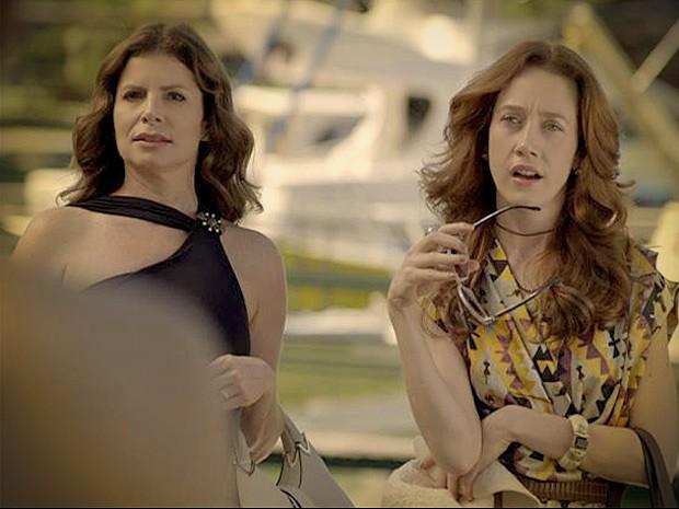 Noêmia e Verônica ficam pasmas com a revelação (Foto: Avenida Brasil/TV Globo)