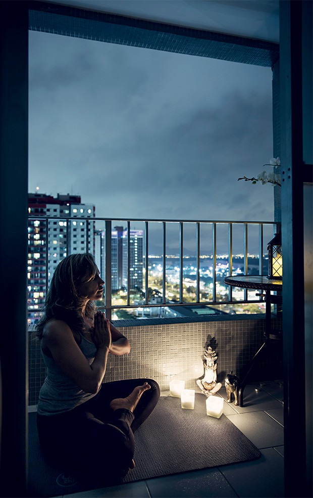 SEM PÂNICO A comerciante Silvia Ganem medita em seu apartamento, no Rio de Janeiro. Ela superou os ataques de ansiedade com as técnicas da ioga (Foto: Stefano Martini/ÉPOCA)