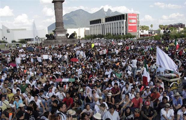 Manifestantes contrários ao partido PRI, do presidente eleito do México, Enrique Peña Nieto, ocupam a Macroplaz, em Monterrey, após um protesto no sábado (7) (Foto: Daniel Becerril/Reuters)