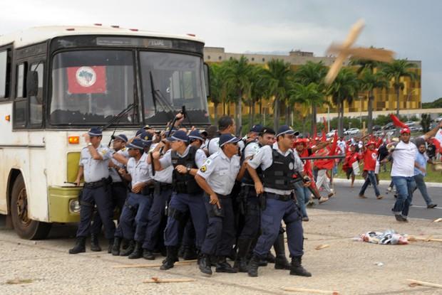 Em menor número, policiais ficaram acuados perto de ônibus durante manifestação dos sem-terra na Praça dos Três Poderes (Foto: Laycer Tomaz/Câmara)