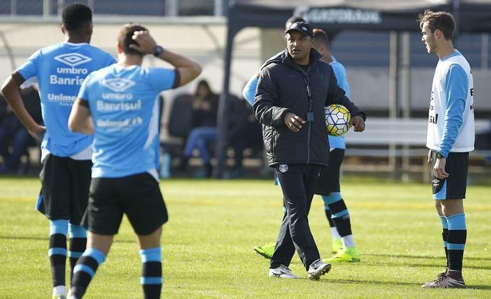 Roger comandou trabalho em campo reduzido nesta sexta (Foto: Eduardo Moura/GloboEsporte.com)