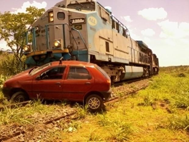 Carro foi atingido por trem em linha férrea de Rio Preto (Foto: Everson Franklin/TEM Você)