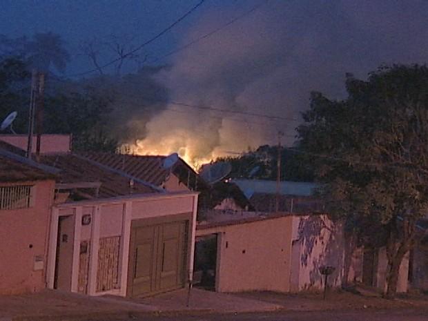 Um incêndio no início da noite deste sábado (7) em Uberaba, no Bairro Manoel Mendes, assustou moradores. O fogo está em uma mata que fica próxima à Avenida Niza Guarita. As chamas estão altas e o Corpo de Bombeiro trabalha no local. Como o incêndio está n (Foto: Reprodução/TV Integração)