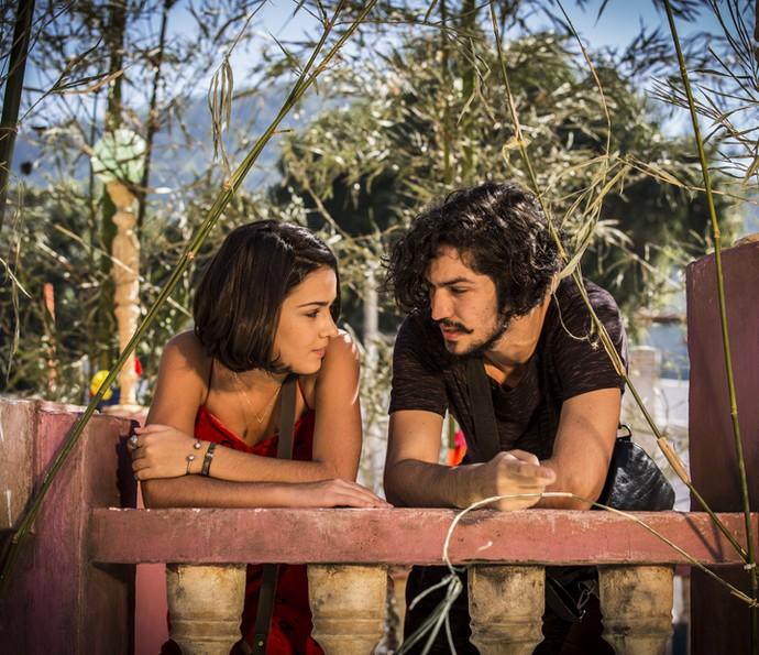 Olívia e Miguel conversam perto um do outro (Foto: Inácio Moraes/ Gshow)