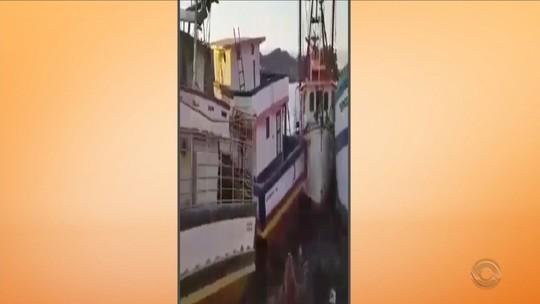 Arrastado por correnteza a 12 km/h, barco à deriva bate em outras 4 embarcações em SC; vídeo