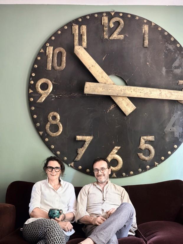 Garimpo. O sofá da década de 1940 é revestido de veludo. O enorme relógio veio de uma antiga estação ferroviária (Foto: Fabrizio Cicconi / Living Inside)
