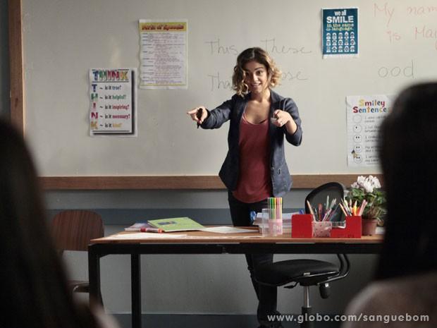Olha a empolgação de Amora durante a aula! (Foto: Sangue Bom / TV Globo)