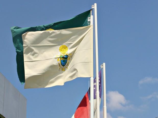 Bandeira de Manaus hasteada na Sede do Governo do Amazonas, no bairro Compensa (Foto: Ísis Capistrano/G1 AM)