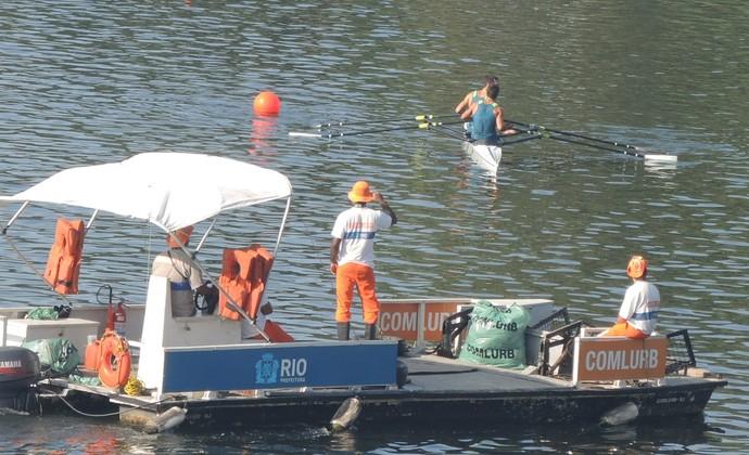 Funcionários da Comlurb trabalham ao mesmo tempo que atletas treinam na Lagoa rodrigo de Freitas (Foto: Fred Huber)