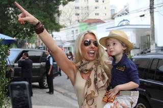 Adriane Galisteu com o filho Vittorio (Foto: Thiago Duran e Leo Franco / AgNews)