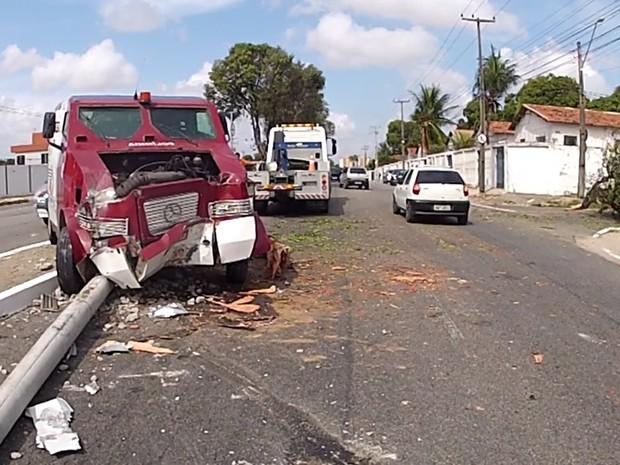 Parte da via foi obstruída após o acidente. AMC acompanha remoção de destroços. (Foto: Marcélio Bezerra/TV Verdes Mares)