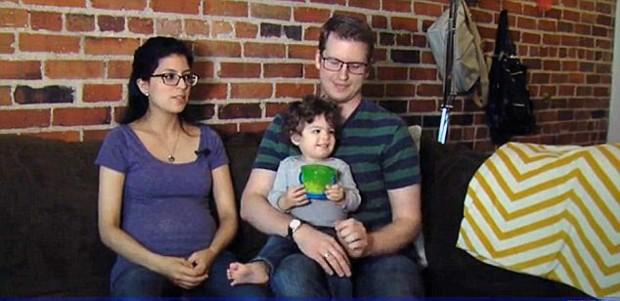 Jessica e Karl Ronnevik com o filho (Foto: Reprodução FOX8)